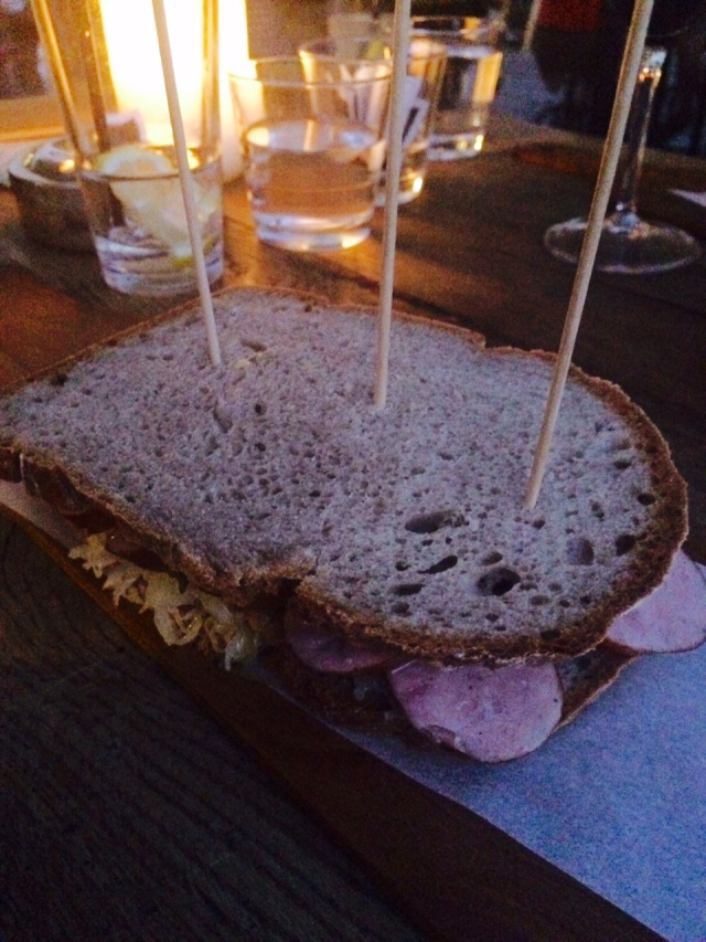 Come-se bastante porco em Liubliana. Esse sanduíche é o Kranjska klobasa, feito com pão preto especial, repolho, mostarda e linguiça carniolan.