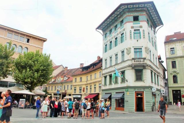 Aprendendo sobre os vários estilos arquitetônicos de Liubliana.
