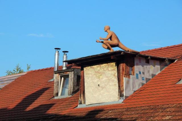 Instalação no teto de uma das casas de Metelkova