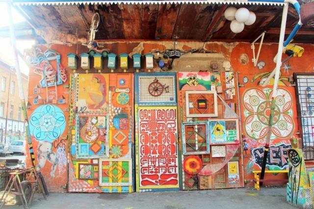 Em Metelkova as fachadas são coloridas e loucas.