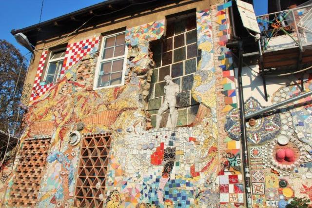 Painel com estátuas, azulejo quebrado etc em Metelkova