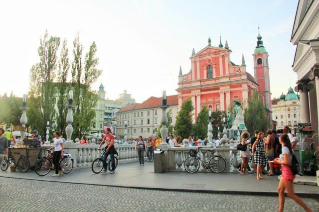 O centro histórico de Liubliana e a igreja rosa, de onde sai o Free Walking Tour