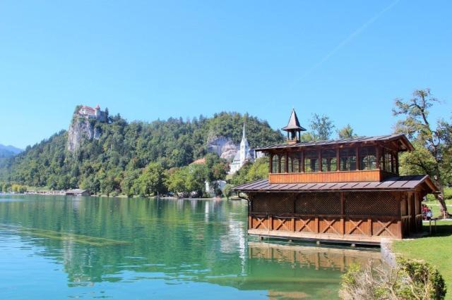 O castelo lá no alto do morro no lago de Bled