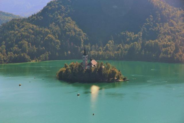 Igrejinha no lago de Bled. Era considerado sorte para os noivos que subiam os degraus e tocavam o sino da igreja