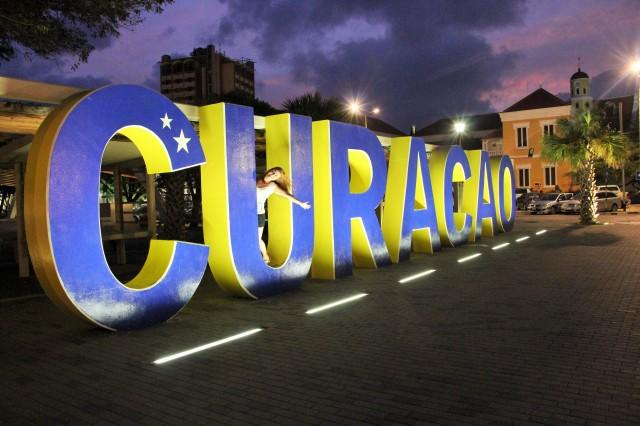 O letreiro de Curaçau fica em Punda, no centro histórico. Bem fácil de achar.