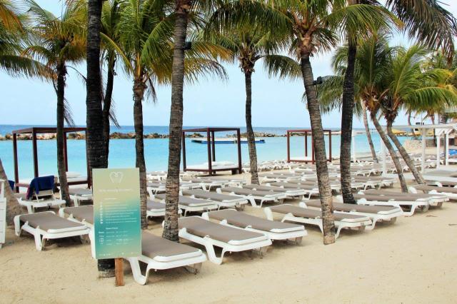 Estrutura do Mambo Beach Club na areia