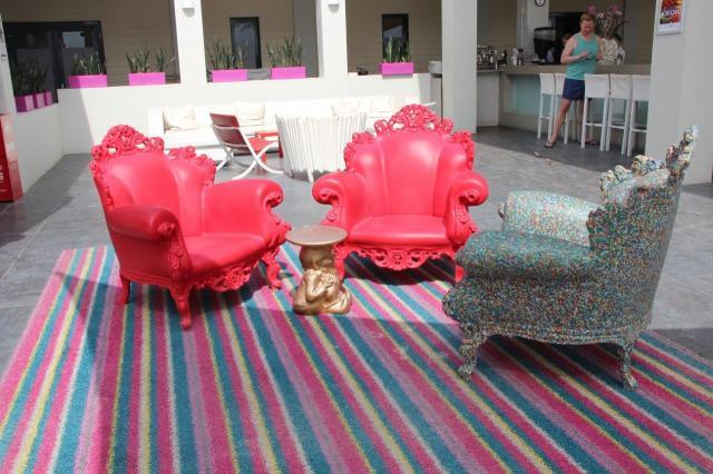 Estrutura Papagayo Beach Club: adorei essas cadeiras de plástico.