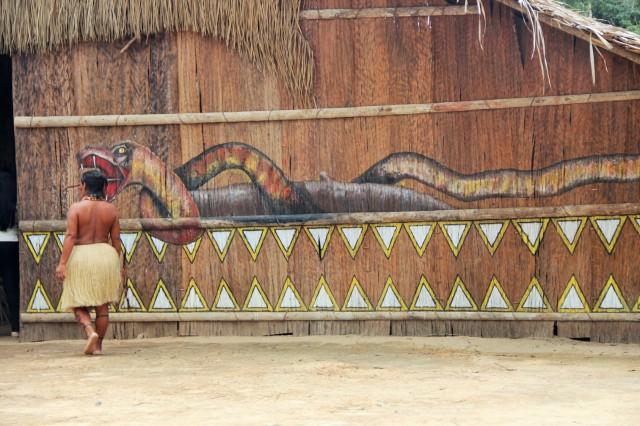 Visitando tribo indígena como parte do passeio encontro das águas.