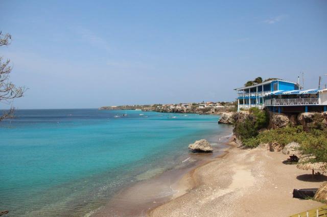 Vista de Playa Forti com a Playa Grandi (dos barquinhos) ao fundo.